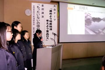 米作り体験について発表する豊岡小児童