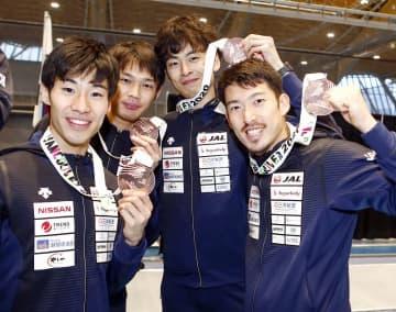 男子エペW杯カナダ大会で団体銅メダルに輝いた見延(右)らの日本=2月9日、バンクーバー(日本フェンシング協会、Augusto Bizzi/FIE提供)