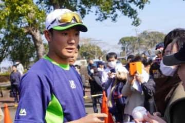 練習の合間にファンにサインするヤクルト・奥川恭伸【写真:宮脇広久】