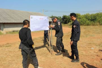 Officials erect an expulsion notice at the chicken farm of PPRP MP Pareena Kraikupt in Ratchaburi's Chom Bung district on Dec 9 last year. (Photo by Saichon Srinuanchan)