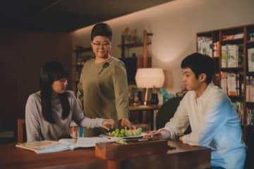 『パラサイト 半地下の家族』より。写真中央がイ・ジョンウン演じるムングァン - (C) 2019 CJ ENM CORPORATION, BARUNSON E&A ALL RIGHTS RESERVED