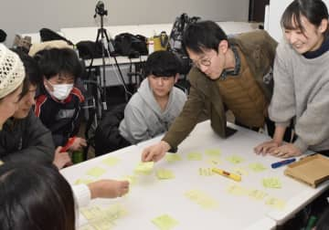 道後アートと連動した公開講座で、イベントに出展する屋台の内容などについて話し合う参加者=11日午後、松山市文京町
