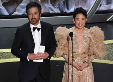 HOLLYWOOD, CALIFORNIA - FEBRUARY 09: (L-R) Ray Romano and Sandra Oh speak onstage during the 92nd Annual Academy Awards at Dolby Theatre on February 09, 2020 in Hollywood, California