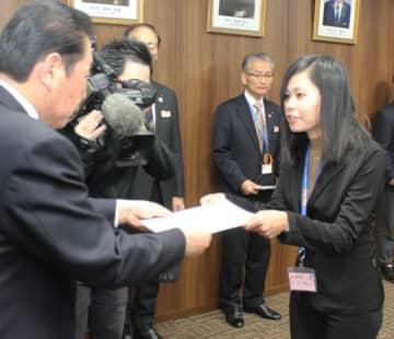 辞令交付を受けるニ・ニ・ウィンさん(右)=豊後高田市役所