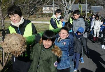 根付きの竹を、力を合わせて運ぶ参加者たち(京都府京田辺市普賢寺)