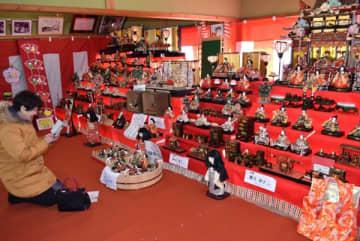 【ずらりと並ぶ段飾りや手作りびな=津市榊原町の射山神社参集殿で】