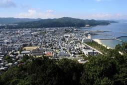 洲本城跡から眺めた洲本の市街地。人口は島内3市で最少になった