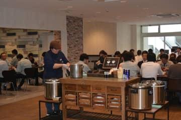 リニューアルして8年ぶりに再開した地下食堂。昼時には多くの人でにぎわう=佐倉市役所