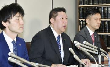 記者会見するNHKから国民を守る党の立花党首(中央)=12日午前、東京・霞が関の司法記者クラブ