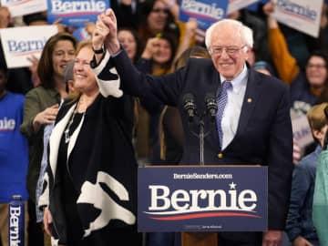 11日、米大統領選の民主党指名争いで、演説会場に到着したサンダース上院議員=ニューハンプシャー州(ロイター=共同)