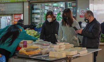 A family wearing face masks in a local market in Zhangjiagang on Feb. 4, 2020. (Image credit: TechNode/ Shi Jiayi)