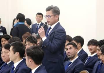 横浜市役所を訪問し、抱負を述べる横浜FCの三浦=12日