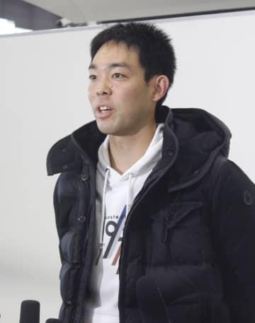 渡米前に取材に応じる米大リーグ、レッズの秋山=12日、成田空港