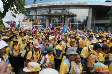 Supporters of the People's Alliance for Democracy in their thousands storm the compound of the NBT headquarters on Vibhavadi Rangsit road on Aug 26, 2008. (Bangkok Post file photo)