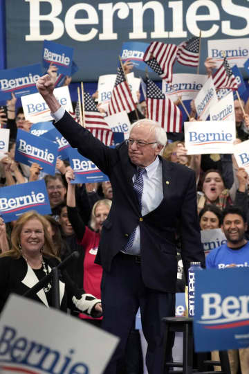 11日、米東部ニューハンプシャー州マンチェスターで、集会に出席する民主党サンダース上院議員。予備選に勝利した(ゲッティ=共同)