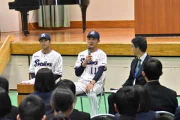 穂北中で講演した奥川恭伸投手(中央)と田代将太郎外野手(左)