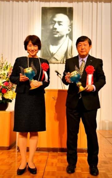 トロフィーを手にする松村由利子さん(左)と黒岩剛仁さん=12日午後、宮崎市・宮崎観光ホテル