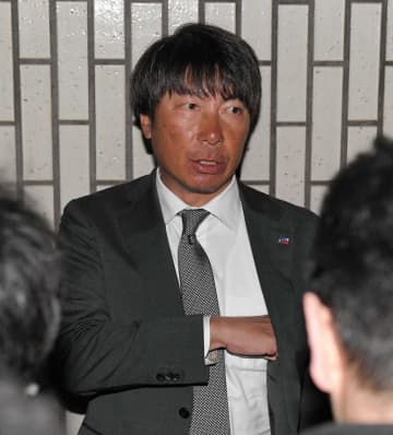 弔問後、取材に応じるヤクルト・高津監督