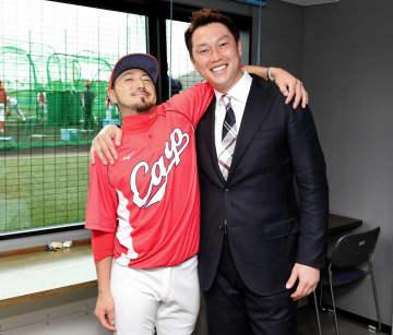 対談終了後に新井貴浩氏(右)とがっちり肩を組む菊池涼(撮影・棚橋慶太)