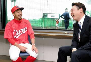 新井貴浩氏(右)と笑顔で対談する菊池涼(撮影・棚橋慶太)