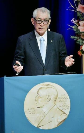 ノーベル賞を受賞し、記念講演をする本庶佑・京都大特別教授=2018年12月7日(共同)