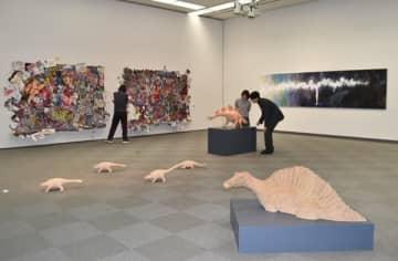 【三重大学美術教育コース生の卒業・修了作品が並ぶ会場=津市大谷町の県立美術館県民ギャラリーで】