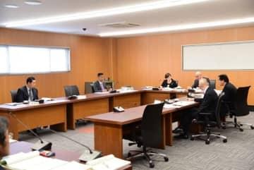 【報告案件について協議する教育民生委員ら=伊勢市議会委員会室で】