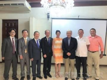 ニカラグアの五輪・パラリンピック委員会幹部らを表敬訪問した森平副町長ら
