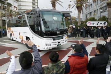 中国・武漢市から政府のチャーター機第1便で帰国し、滞在していた「勝浦ホテル三日月」を出発する帰国者を乗せたバス=13日午前9時2分、千葉県勝浦市