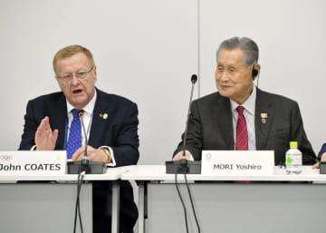 あいさつするIOCのコーツ調整委員長。右は東京五輪・パラリンピック組織委員会の森喜朗会長=13日午前、東京都中央区(代表撮影)