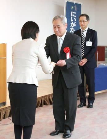 にいがた県央マイスターの認定証を受け取る増田健さん(中央)=三条市