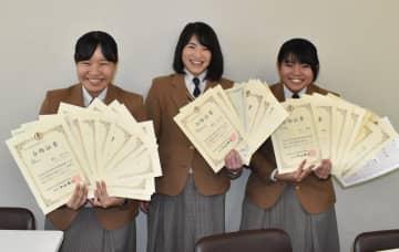 全9種目合格を達成した(左から)野口さん、盛田さん、山口さん=長崎商業高