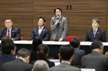 東京五輪・パラリンピックに向けた新型肺炎対策に関する政府と競技団体との連絡会議であいさつする橋本五輪相(右から2人目)=13日午後、東京都新宿区