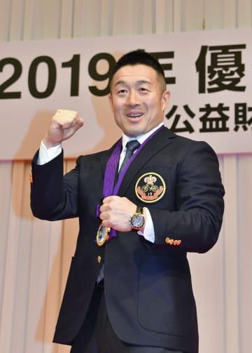 最優秀選手賞を受賞した佐藤慎太郎=13日、東京都内のホテル