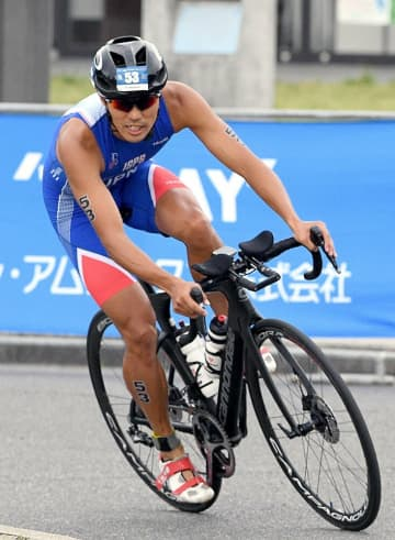 アジアカップ大阪城大会に出場し、バイクで力走する山本(2019年9月、大阪市)