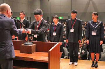 県高体連スポーツ賞を受賞し、表彰を受ける生徒たち