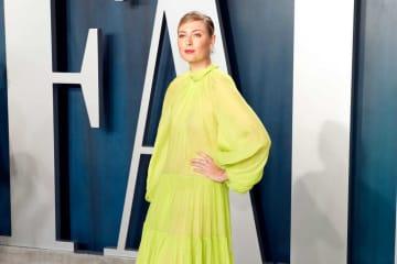 ゴージャスな衣装を着たシャラポワが、恋人とアカデミー賞アフターパーティに出席