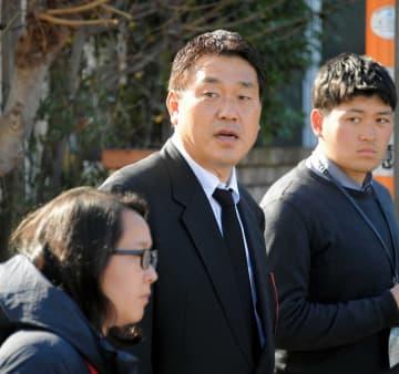 野村克也氏の自宅へ弔問に訪れて取材に応じる広沢氏