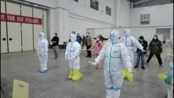 武漢の臨時医療施設で、看護師が患者のためにラジオ体操を実施