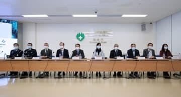 2月13日夕方に開催されたマカオ政府新型コロナウイルス感染対策センターによる定例記者会見。左から5人目が李偉農経済財政長官(写真:マカオ政府新型コロナウイルス感染対策センター)
