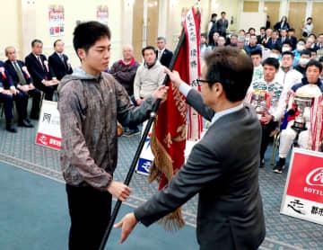 優勝旗を返還する大村・東彼の林田選手(瓊浦高)=長崎新聞文化ホール