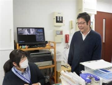 「上熊本苑」の職員と談笑する河本達人さん(右)=熊本市西区