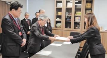 亀山市長(中央)と青木会頭(左)が要望書を手渡した