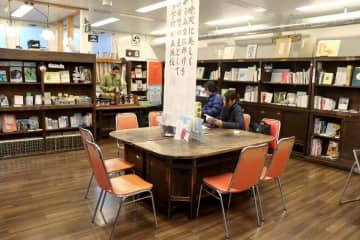元立誠小の備品を使い、レトロな雰囲気の図書館。一時休館後は、内装を替えるという(京都市中京区)