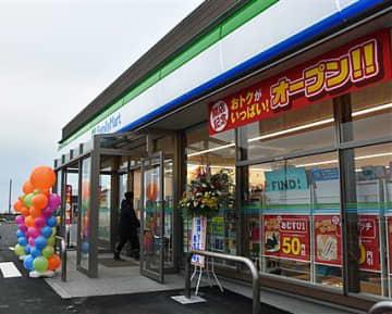 深浦町中心部にオープンした「ファミリーマート深浦駅前店」