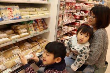 陳列棚に並んだ練り製品の品定めをする親子連れ=平戸市、ファミリーマート生月大橋店