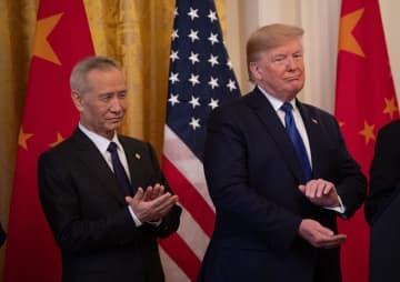 米中貿易協議の「第1段階」合意の署名式に臨む中国の劉鶴副首相(左)とトランプ米大統領=1月15日、ワシントン(UPI=共同)
