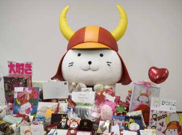 全国から届いたプレゼントに喜ぶ「ひこにゃん」=14日、滋賀県彦根市