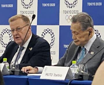 会見したIOCのコーツ調整委員長(左)と組織委の森喜朗会長=都内