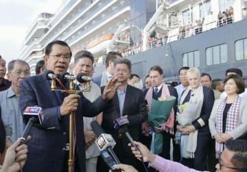 カンボジアで乗客400人が下船